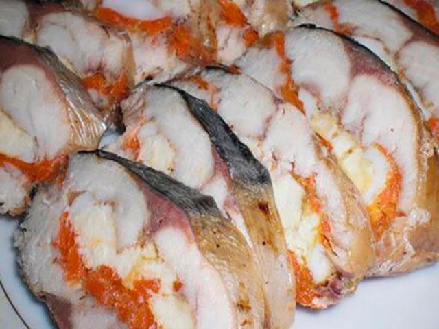 Ингредиенты: 1шт - скумбрия 2шт - отварной моркови 2шт - отварные яйца 2шт - маринованных огурчика 25г желатина быстрорастворимого соль,перец, приправа к рыбе  1.Скумбрию распотрошить,отделить от костей,чтобы получилось 2 филе.  2.Морковь натереть на терке,огурчики и яйца порезать кружочками.  3.На пищевую пленку положить одно филе кожей скумбрии вниз,посолить,поперчить,добавить любимые специи к рыбе и посыпать 12 части пакетика желатина.  4.На филе выложить слой моркови,ближе к краю тушки выложить кружочки яиц и кружочки огурцов.  5.Вторую тушку филе также посолить,поперчить,добавить специи и посыпать оставшимся желатином,положить ее сверху начинки.  6.Скумбрию с начинкой завернуть в пищевую пленку в несколько слоев,затем перетянуть веревкой.  7.В кастрюлю наливаем воду,чтобы она хорошо покрывала рыбу,добавляем 12 ст.л.соли,в кипящую воду отправляем скумбрию,предварительно проткнув ее зубочисткой с нескольких местах и варим на небольшом огне 30 минут.  8.Далее ставим скумбрию под пресс до полного остывания,а затем в холодильник на пару часов.