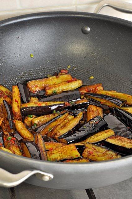 Баклажаны в остром чесночном соусе, по-китайски.
