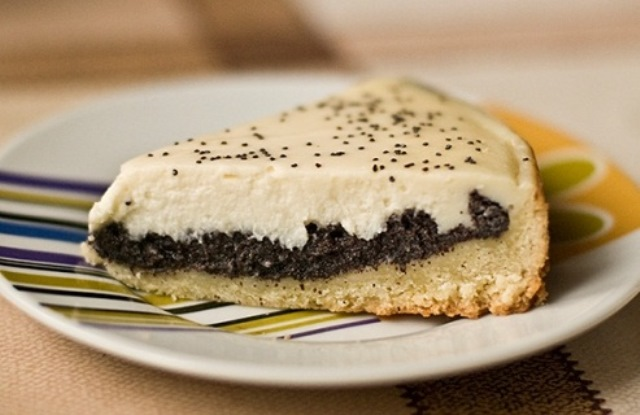 Очень нежный, красивый, легкий маковый пирог. Отличное сочетание маковой начинки и воздушного сметанного крема.