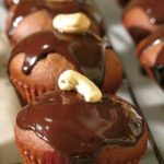 Нежные шоколадно-вишневые кексы станут вашим любимым десертом. А все благодаря сочетанию нежного аромата вишни и вкуса шоколада
