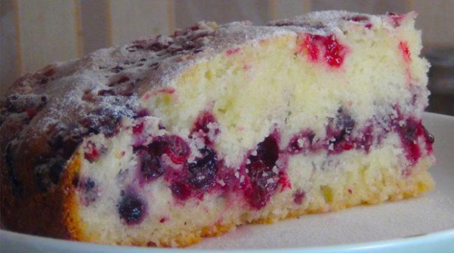 Такой пирог выручит в любой ситуации очень быстрый и вкусный Обалденно вкусный сметанный пирог с ягодами