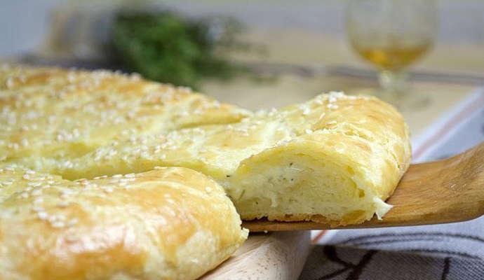 Очень вкусная лепешка из творожного теста с сыром