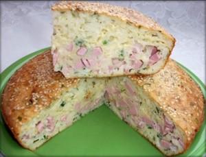 Заливной пирог с колбасой и сыром фото