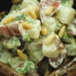 Картофельный салат с орехами, оливками и укропом