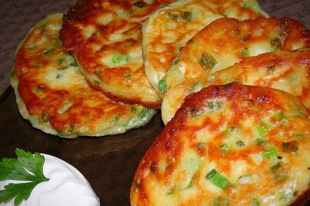 Аппетитные оладьи с зеленым луком и яйцом.