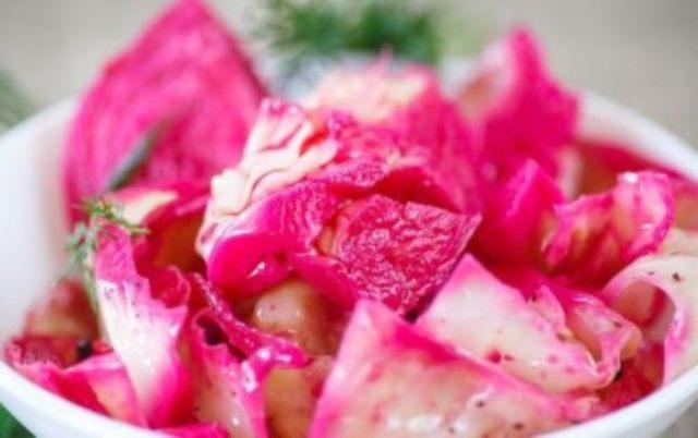 Маринованную капусту «Пелюстка» впервые попробовала у подруги. Выпросила сразу рецепт - ну очень понравился. Обалденный вкус. Делюсь рецептом.