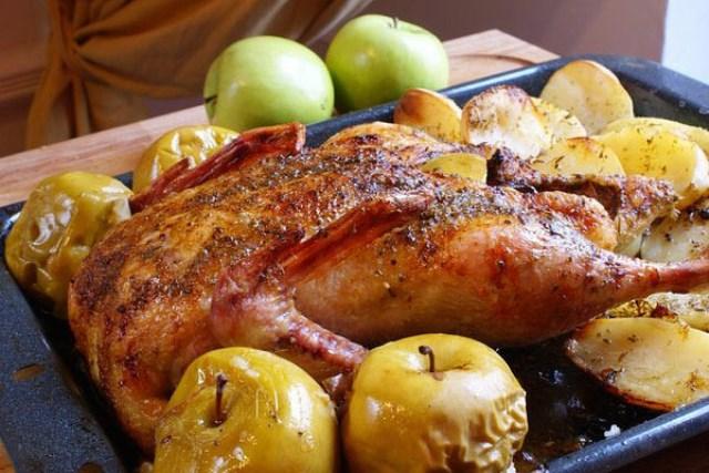 Гусь с яблоками. Ароматный, сочный, великолепно золотистого цвета гусь сможет покорить буквально всех гостей!