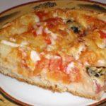 Есть пицца тонкая, а есть пицца вкусная! Кроме вкусной начинки, в этой пицце есть очень вкусная, хрустящая и ароматная основа из теста.