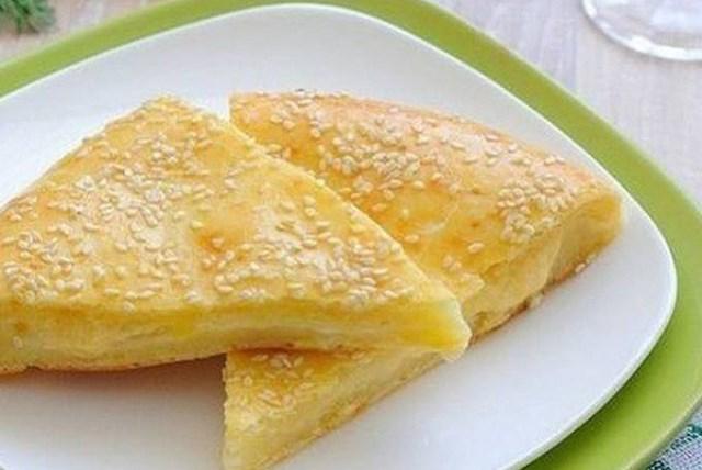 Сырные лепешки на скорую руку идут на «ура» во многих семьях. Ароматные и вкусные они создают особую атмосферу в доме.