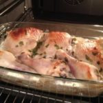 Курица маринованная в кефире, запеченная с картофелем по-хитрому, которая сведет с ума своим вкусом. Блюдо-находка для хозяек, у которых каждая минута на счету!