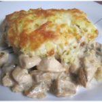 Курица с грибами, запечённая под картофельной шубой в моей семье не заканчивается. Не приедается. Нежный и оочень вкусный! Муж без ума от моего фирменного блюда. Даю рецепт.