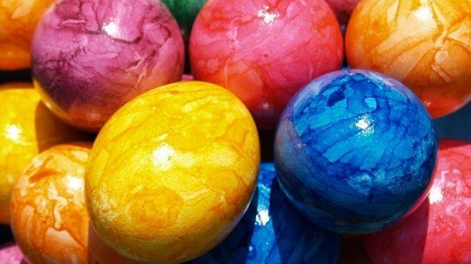 7 бесподобных способов окрасить яйца: никаких кистей, наклеек
