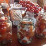 Безумная вкуснота! Делюсь супер рецептом засолки небольших помидор в литровые банки. На заметку!