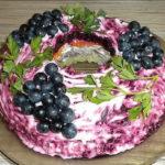 Салат «Черная гроздь»: просто волшебные на вкус!
