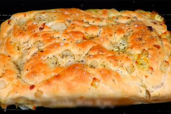 Фокачча – лепешка из Италии с сыром и луком 1