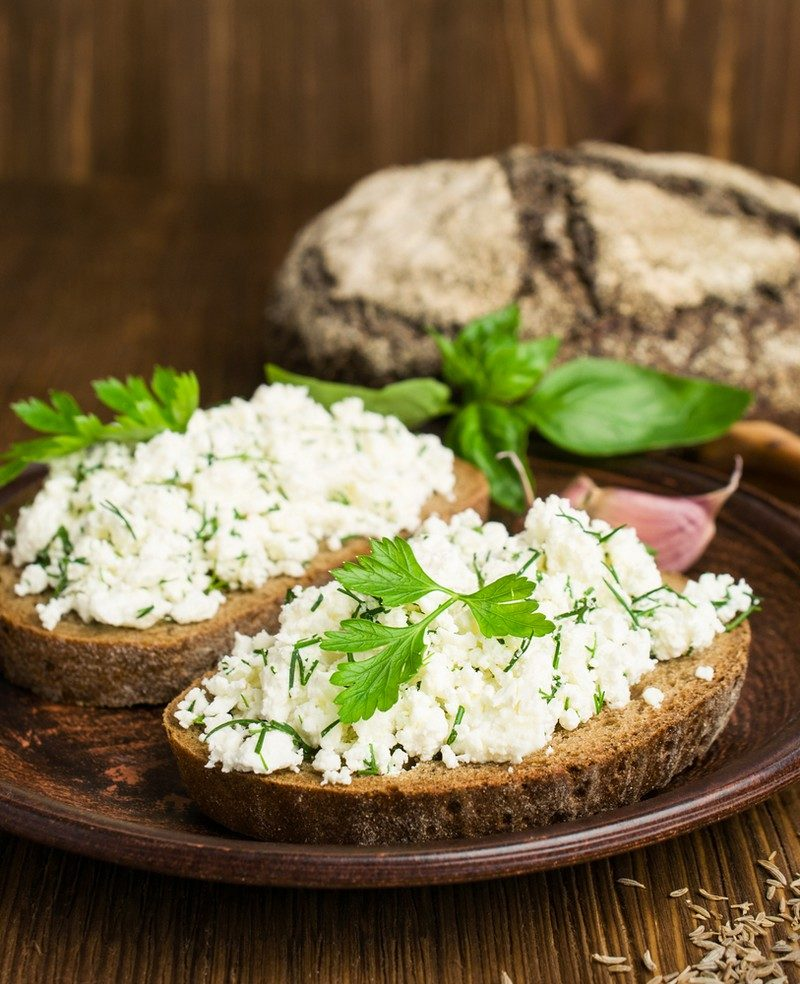 sandwiches-with-rye-bread-and-nottage-cheese-with-spices