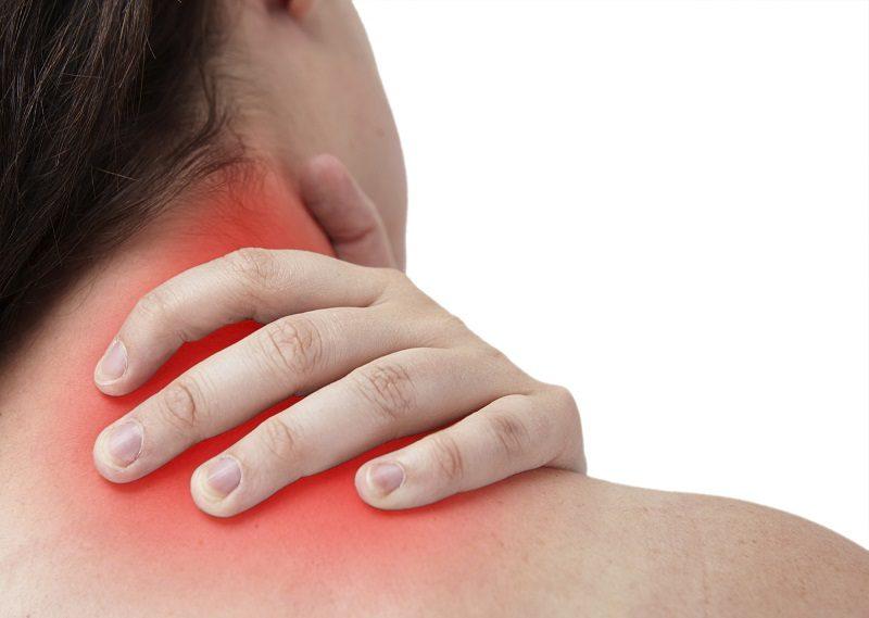 femal-having-neckache