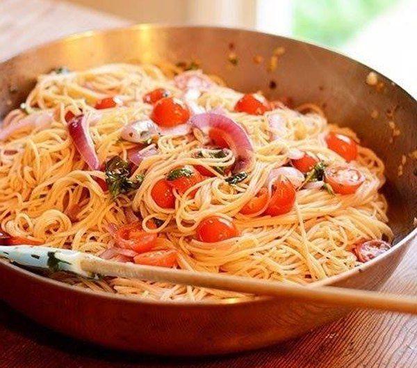 pasta-s-tomatami-bazilikom-i-chesnokom